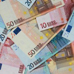 """ARCHIV- ILLUSTRATION - Banknoten von 50, 20 und 10 Euro, liegen am 29.09.2010 in Magdeburg (Sachsen-Anhalt) auf einem Haufen. Sachsen-Anhalt muss nach einer Studie noch kräftig sparen, um die Schuldenbremse imJahr 2020 einzuhalten. Foto: Jens Wolf/dpa (zu dpa """"Deutsche werden reicher: Reallöhne und Geldvermögen steigen"""" vom 23.09.2014) +++(c) dpa - Bildfunk+++"""